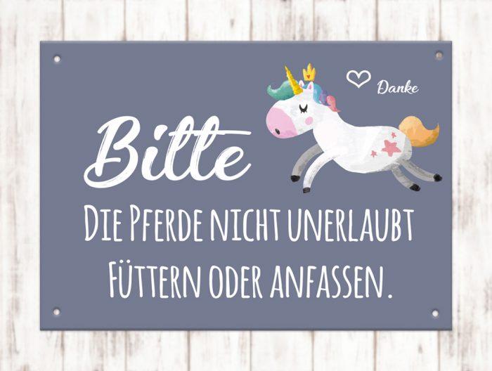 Sophie_Kunterbunt_Schild_Pferd_Füttern